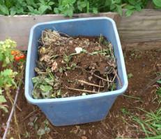 ポリバケツで堆肥作り