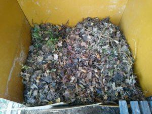 さらに落ち葉などを積む